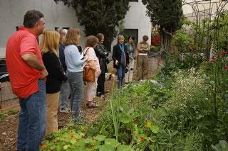 エコビレッジ中庭の見学風景